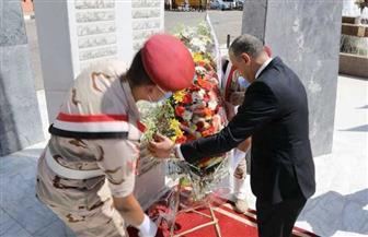 محافظ سوهاج يضع إكليلا من الزهور على النصب التذكاري لشهداء أكتوبر | صور