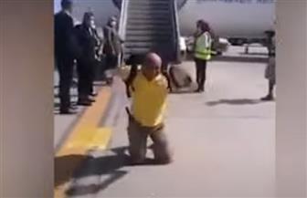 سائح أوكراني يقبل أرض مطار مرسى علم تعبيرا عن حبه لمصر| فيديو