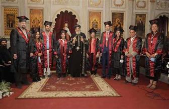البابا تواضروس يكرم الحاصلين على درجات علمية وأوائل الجامعات في ختام عظة الأربعاء | صور