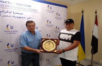 «عزازي» بطل العالم المصري في كيك بوكسينج يهدي درع التفوق للسفير الأوكراني