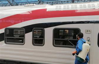 السكك الحديدية تواصل تطهير وتعقيم المحطات والقطارات للحد من انتشار «كورونا» | صور