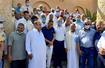 في لقائه مشايخ القبائل.. وزير الري ينقل رسالة الرئيس إلى أهالي واحة سيوة| صور