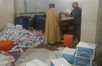 ضبط مصنع يقلد العلامات التجارية للمواد الغذائية والمنظفات في أبوتيج| صور