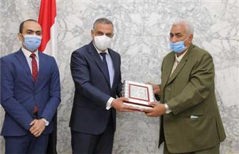 المحافظ يكرم رئيس مركز ومدينة سوهاج لبلوغه سن المعاش | صور