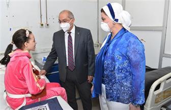 رئيس جامعة أسيوط يزور طالبة بعد إعادة توصيل ذراعها المبتور   صور