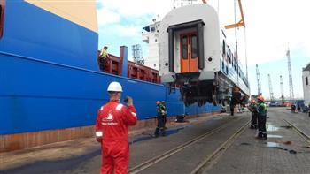 وزير النقل يعلن وصول دفعة جديدة من عربات السكك الحديدية إلى ميناء الإسكندرية| صور