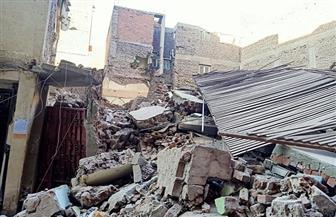 انهيار منزل قديم في شارع رياض بحي شرق أسيوط | صور