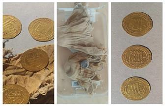 اكتشاف ٢٨ دينارا من الذهب و٥ قطع صغيرة من الدنانير من العصر العباسي بالفيوم | صور