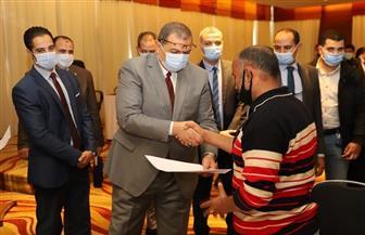 في إطار جولته بالإسكندرية.. وزير القوى العاملة يسلم 88 عقد عمل لذوي القدرات الخاصة  صور