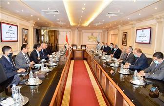 تطوير تنفيذ المشروعات القومية بمصر وإفريقيا بالتعاون بين العربية للتصنيع وشركة بترول