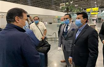 بعثة المنتخب المصري تصل القاهرة ومسحة طبية للكشف عن «كورونا»