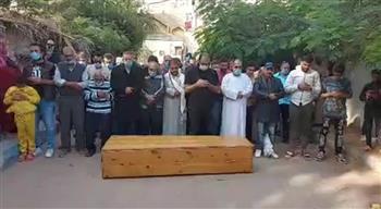 تشييع جثمان الفنان فايق عزب ودفنه بمقابر أسرته بالإسماعيلية | صور