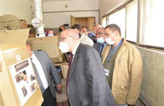رئيس جامعة أسيوط يتفقد آلة عرض سينمائى أثرية يرجع تاريخها لبداية إنشاء الجامعة   صور