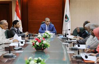 محافظ سوهاج يبحث معوقات مشروع الصرف الصحي لـ3 قرى بطهطا  صور