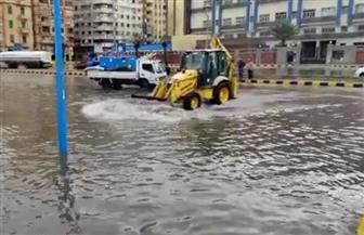 """الاستعانة بـ""""لودر"""" لكسح مياه الأمطار أمام مكتبة الإسكندرية   صور"""
