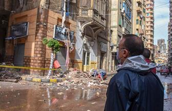 احتجاز 4 مواطنين إثر انهيار أجزاء من عقار في حي الجمرك   صور