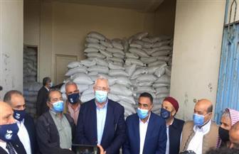وزير الزراعة يوزع 140 طن تقاوي شعير مجانا على مزارعي المناطق المطرية بمطروح |صور