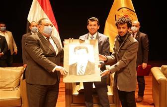 وزير الرياضة يلتقي شباب جامعة حلوان ويدعوهم للتصدي للفساد والشائعات | صور