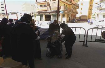 الشرطة النسائية تساعد ذوي الاحتياجات للإدلاء بأصواتهم في جولة الإعادة بأسوان