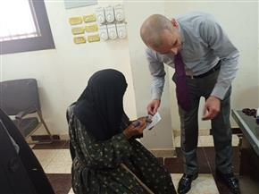 مستشار-يساعد-المسنين-للإدلاء-بأصواتهم-في-بني-سويف-وإقبال-متزايد-على-اللجان-|-صور