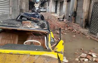 تحطم سيارتين في انهيار شرفة عقار بالإسكندرية لسوء الطقس والأمطار | صور