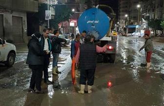 رئيسة مدينة دسوق بكفرالشيخ تقود فرق كسح مياه الأمطار من شوارع المدينة ليلا| صور