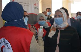 """وزيرة التضامن الاجتماعي تتفقد أعمال قافلة """"الهلال الأحمر"""" بالوادي الجديد   صور"""