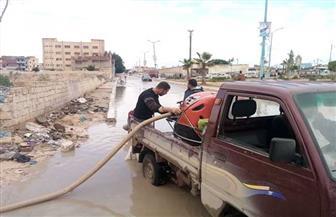 مدينة مرسى مطروح: استمرار رفع تجمعات مياه الأمطار بالأحياء والطريق الدولي | صور