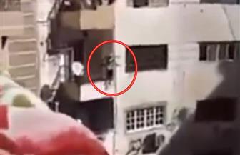 لحظة إنقاذ فتاة تحاول إلقاء نفسها من شرفة منزلها   فيديو