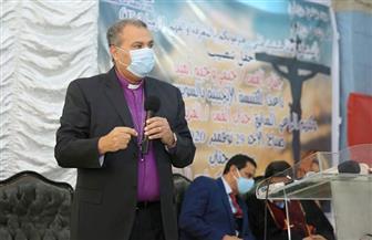 رئيس الإنجيلية ينصب قسا جديدا لكنيسة السويس ويكرم راعيها السابق | صور