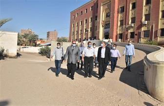 محافظ أسيوط يفاجئ العاملين بمستشفى أبنوب وعيادة التأمين الصحي بالزيارة   صور
