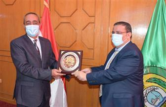 محافظ الإسماعيلية يستقبل رئيس جامعة القناة لوضع الدليل الإرشادي لضبط العمران | صور