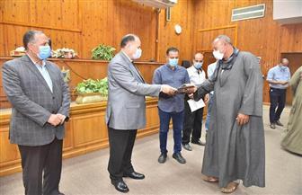 محافظ أسيوط يسلم 232 عقد تقنين لواضعي اليد على أراضي الدولة | صور