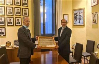 السفير المصري في إيطاليا يسترد قطعة أثرية مهربة تنتمي للدولة الوسطى| صور