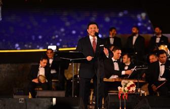 هاني شاكر يبعث برسائل المحبة لجمهوره ويغني لمصر..ومعجبة تهديه باقة ورد