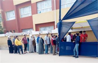 خلال الساعة الأولى.. تزاحم الناخبين أمام مدرسة صابر أبو ناب بحلوان