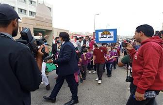 أطفال بالمدارس يحملون لافتات «مصر تنهض» ويزورون مقار لجان انتخابات «النواب» | فيديو