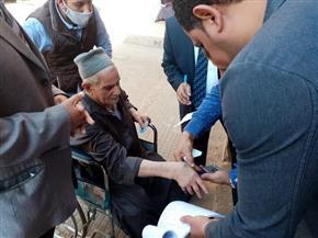 مسن على كرسي متحرك يدلى بصوته فى لجنة بانتخابات النواب بالمحلة الكبرى| صور