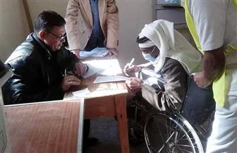 مسن على كرسي متحرك يشارك في العملية الانتخابية بمدينة نخل بوسط سيناء| صور