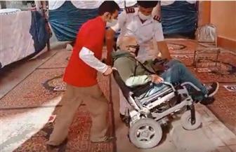 الشرطة تساعد ناخبا من ذوي الاحتياجات الخاصة للإدلاء بصوته | فيديو