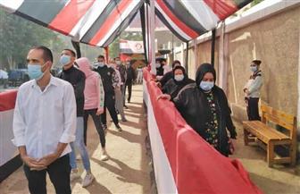 طوابير من الناخبين أمام لجان الحرية الثانوية بنات بالزاوية الحمراء| فيديو