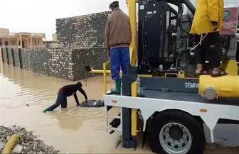 مدينة مرسى مطروح:  فرق الطوارئ تواصل إزالة تجمعات مياه الأمطار  صور