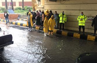 رئيس شركة الصرف الصحي بالإسكندرية يتابع أعمال كسح مياه الأمطار بنفق المندرة | صور