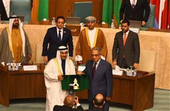 البرلمان العربي يكرم عمرو موسى