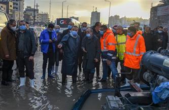 محافظ الإسكندرية يتفقد عزبة الشامي ويتابع تصريف مياه الأمطار| صور