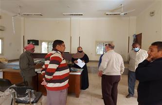 إحالة موظفين بالوحدة المحلية بقرية كومير جنوب الأقصر للتحقيق | صور