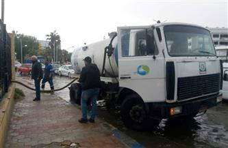 رئيس مياه القناة يشرف على أعمال كسح مياه الأمطار في الشوارع والميادين| صور