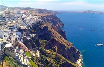 اليونانيون يتجاهلون الحجر ويتوجهون إلى الشواطئ والمتنزهات مع ارتفاع الحرارة