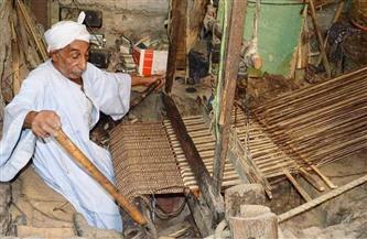 قصص مهنة النسيج الصعيدي.. «العم مجاهد» يعمل بالنول القديم و«فيفي» تشارك في ثوب الفركة| صور