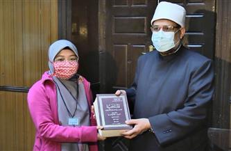 وزير الأوقاف يهدي 75 نسخة من ترجمة معاني القرآن باللغة الأندونيسية للطلاب الدارسين بالأزهر
